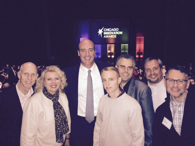 El Equipo Beltone con su presidente, Todd Murray, en la gala Chicago Innovation Awards recogen el premio por Beltone First