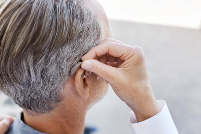 anciano equilibrio audífonos