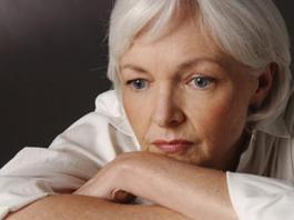 Mujer pensativa por sus problemas auditivos